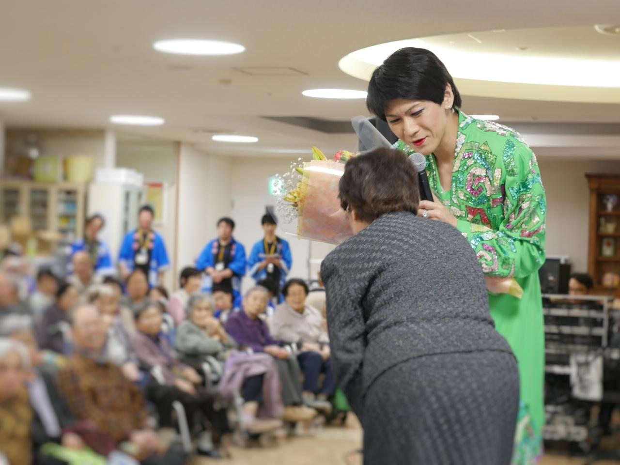 最高齢は103歳!そのまんま美川のステージでご高齢者の皆様に笑顔をお届け
