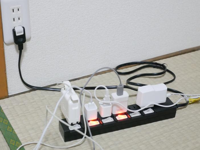 たった10秒で電源タップ周りをスッキリ片付けられる【やわらかポリエチレンケース】