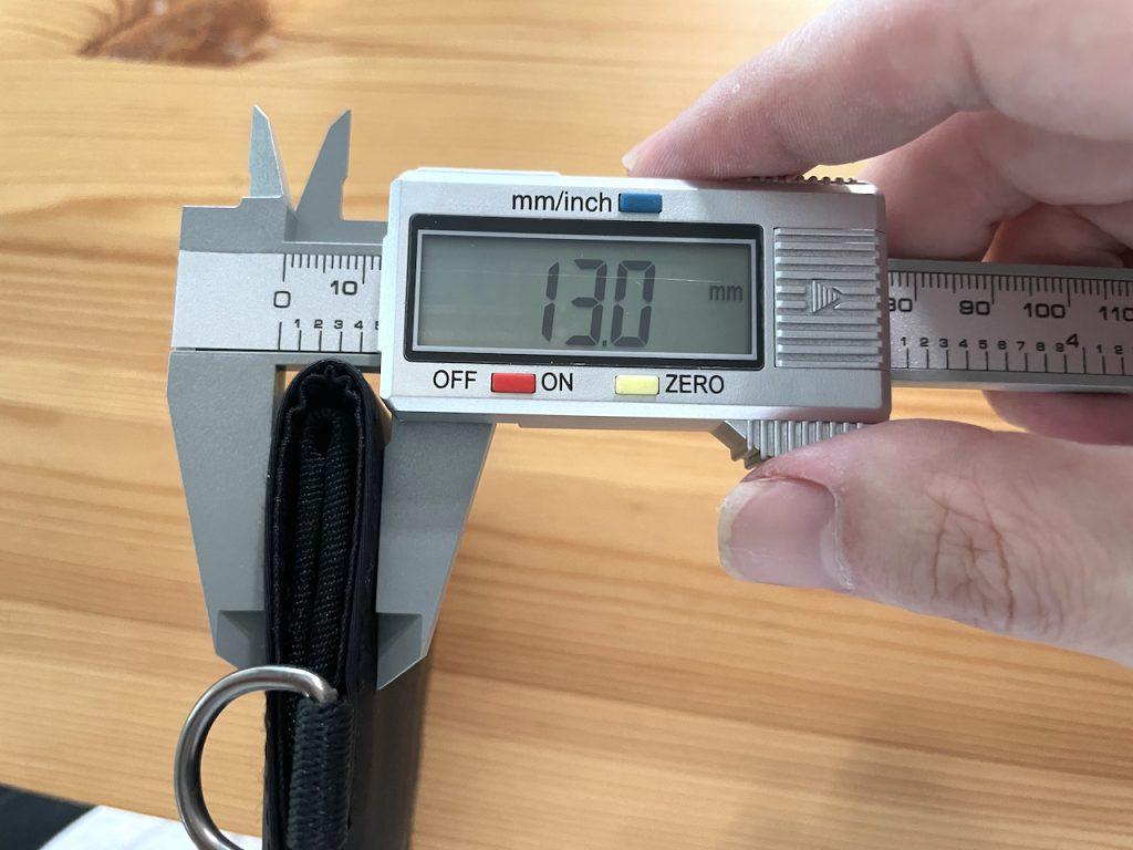 無印良品トラベルウォレット本体の薄さ13mm。中身を入れても19mmでポケットやバッグの中でもスマート|男の一人暮らしブログ