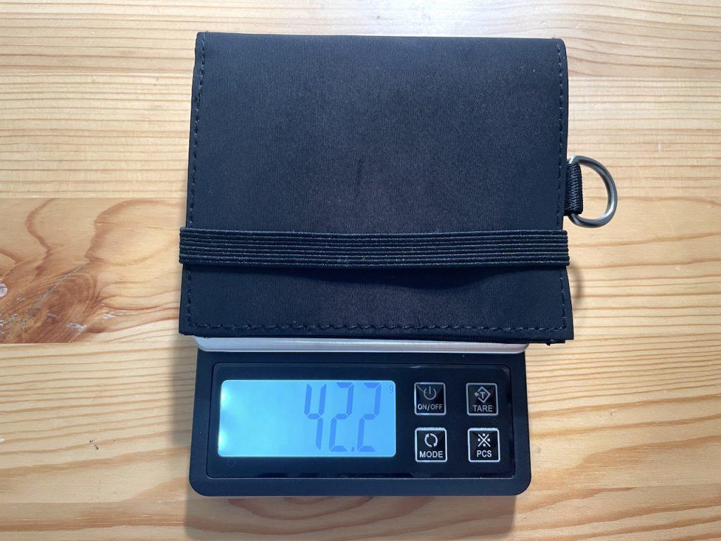 無印良品トラベルウォレットレビュー・本体の重さ45g。中身を入れても108gでスマホより軽い|男の一人暮らしムジラーブログ