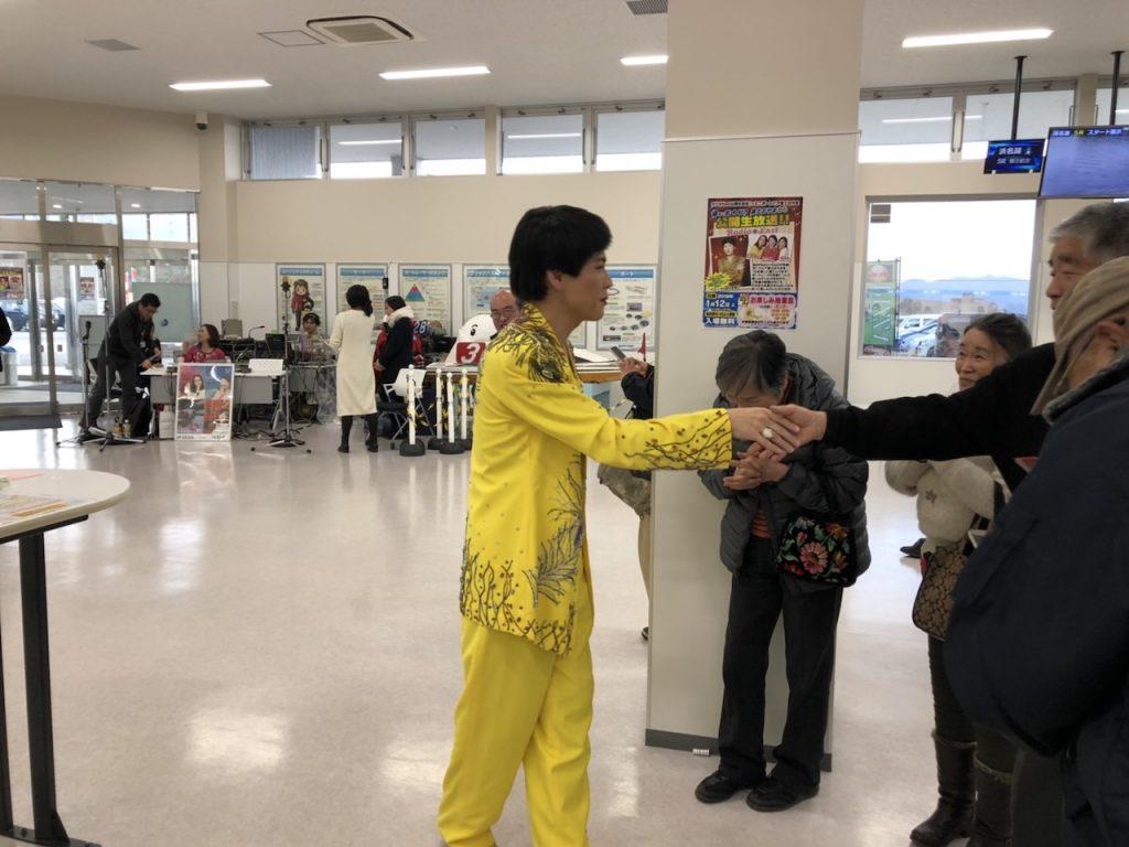 1レースも当たらないオッチャンとも握手|そのまんま美川オフィシャルブログ