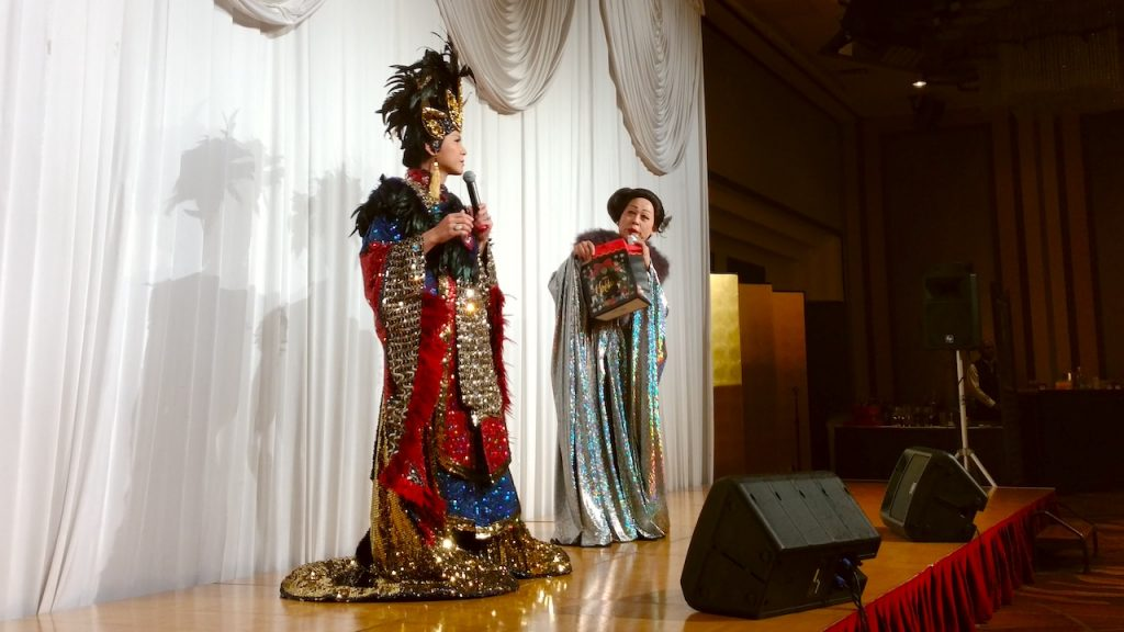 斬新。ショーの合間に抽選会:エンジェルひばりさんと|そのまんま美川オフィシャルブログ