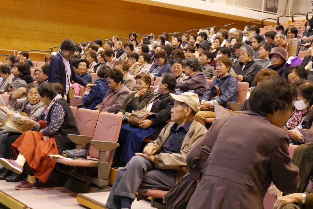 会場いっぱいのお客様ご来場|美川憲一ものまね芸人・そのまんま美川